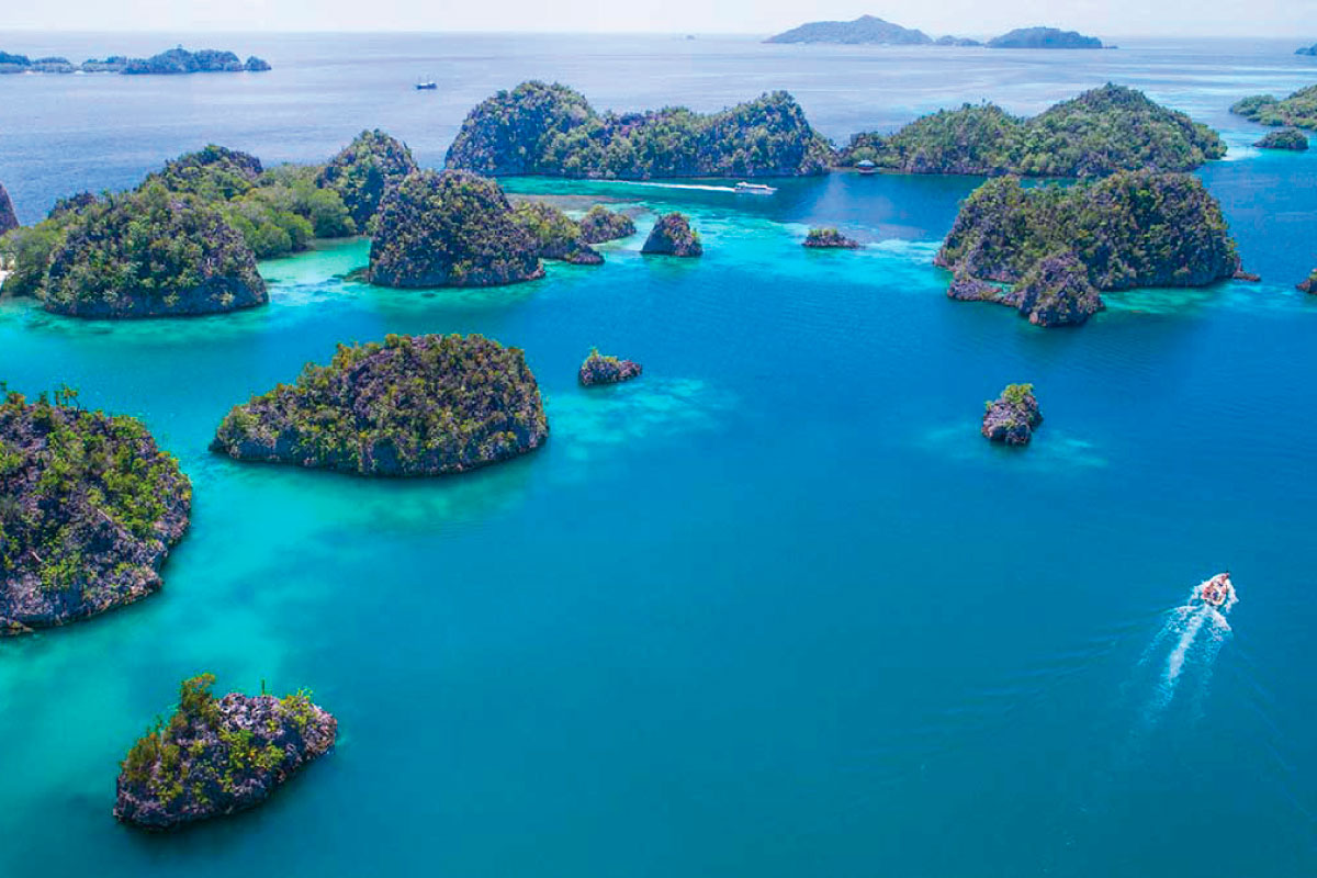 Where Raja Ampat is and what beauties can I discover?